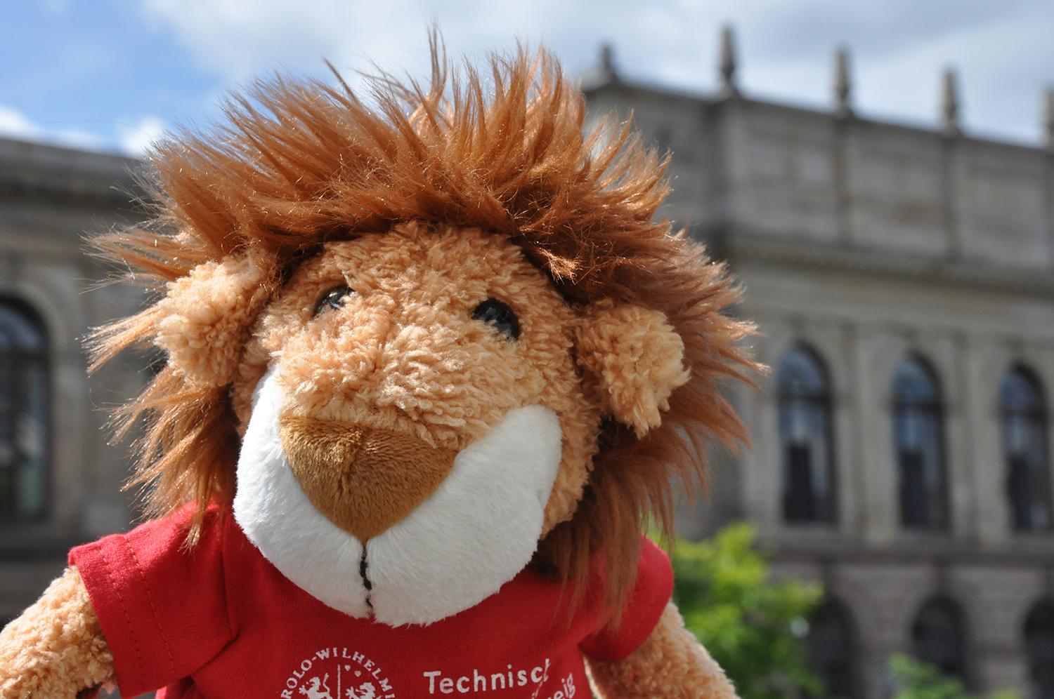 Kleiner Plüschlöwe mit roten T-Shirt und Logo der TU Braunschweig
