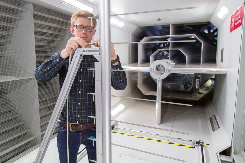 Das Bild zeigt einen Wissenschaftler bei der Arbeit am Propulsor-Prüfstand