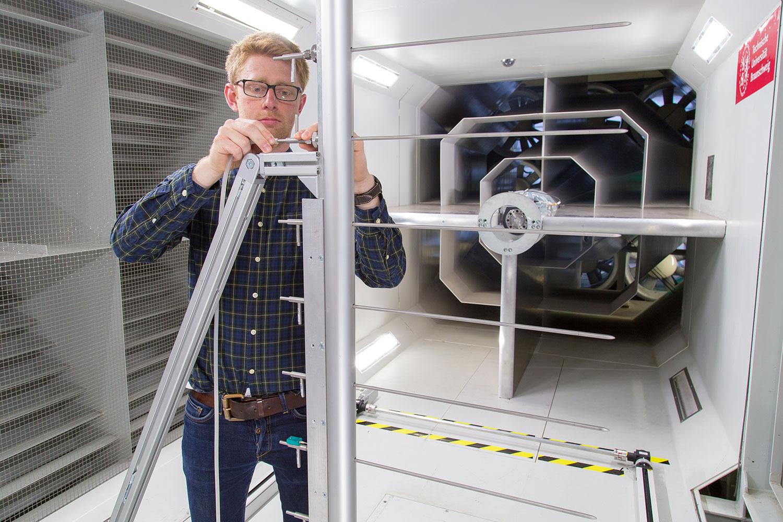 Das Bild zeigt den Wissenschaftler Lennart Harjes bei der Arbeit am Propulsor-Prüfstand