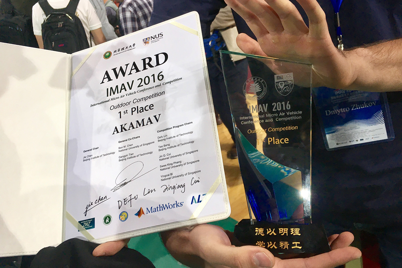 Urkunde und gläserner Award