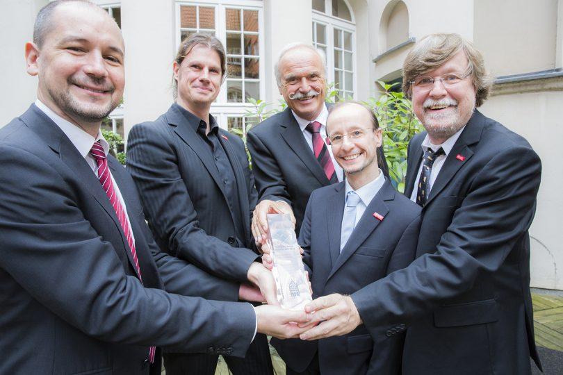 Das Foto zeigt die Preisträger des IHK-Technologietransferpreises 2016 gemeinsam mit IHK-Präsident Helmut Streiff (v. l.): Dr. Thomas Schirrmann, Professor Michael Hust, Helmut Streiff, Dr. André Frenzel und Professor Stefan Dübel. Gemeinsam halten sie den Preis in die Kamera.