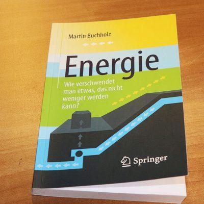 """Das Bild zeigt das Cover des Buches """"Energie. Wie verschwendet man etwas, das nicht weniger werden kann?"""""""