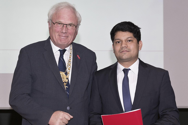 TU-Präsident Prof. Dr. Jürgen Hesselbach überreicht den DAAD-Preis an Raul Augusto Chuman Piscoya. Bildnachweis: TU Braunschweig/Andreas Bormann