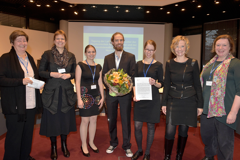 erhält den Preis von Generalsekretärin des DAADs Frau Dr. Dorothea Rüland