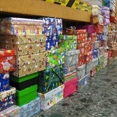 Lange Reihen mit bunten Paketen im Flur des ASTA-Gebäudes.