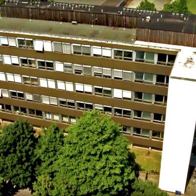 Das Bild zeigt eine Gebäudeansicht von oben.