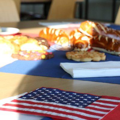 Das Bild zeigt amerikanische Motivservietten und Brötchen.