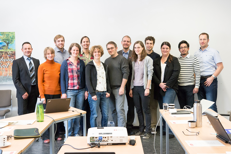 Gruppenbild in Arbeitsraum mit allen Projektpartnern