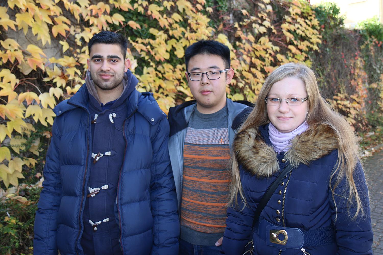 Zwei internationale Studierende mit ihrem Tutor