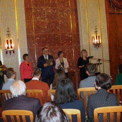 Das Bild zeigt Dr. Klara Bamesberger bei der Verleihung des Diploms.