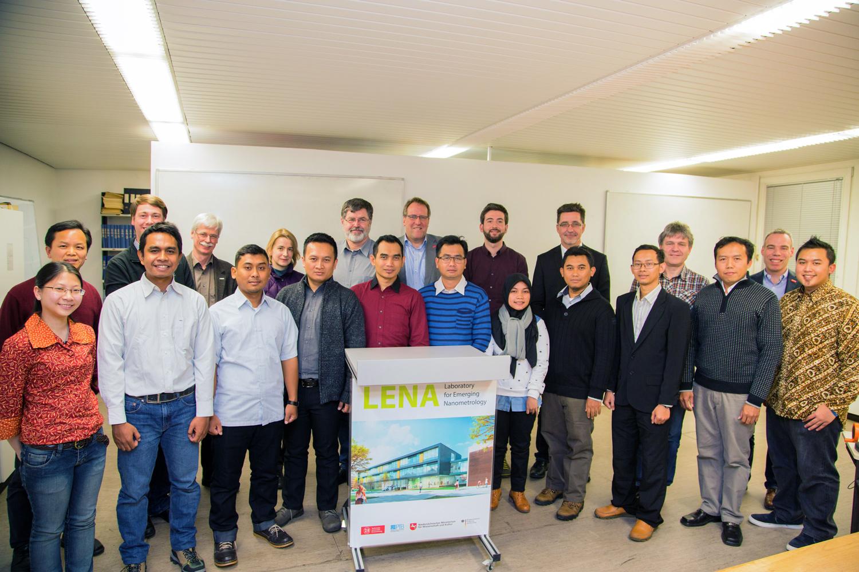 Das Koordinationsteam und die betreuenden Wissenschaftler begrüßen die neun indonesischen Stipendiaten bei der Auftaktveranstaltung zum neuen LENA-Promotionsprogramm im Institut für Halbleitertechnik