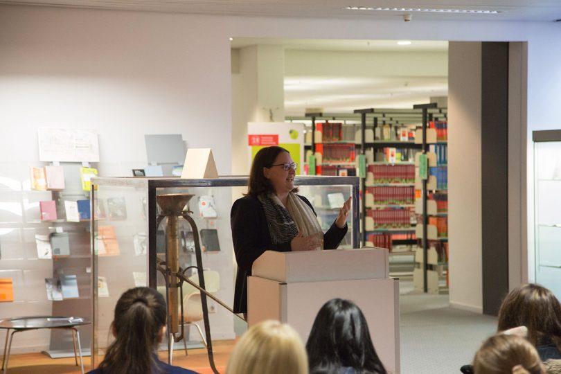 Die Direktorin der Universitätsbibliothek, Katrin Stump, steht am Rednerpult und eröffnet die Veranstaltung.
