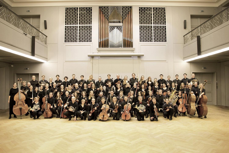 Gruppenbild der Musikerinnen und Musiker des Orchesters