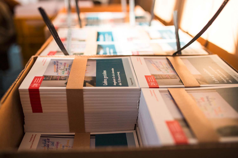 Mehrere Pakete mit Programmheften.