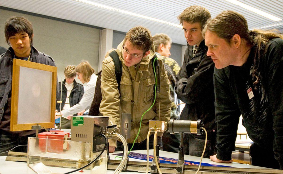Das Bild zeigt Schüler bei Experimenten.