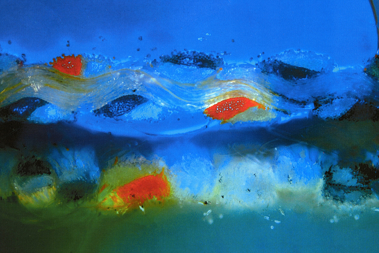 Wellenförmige Struktur auf blauem Grund mit roten Bildpartien.
