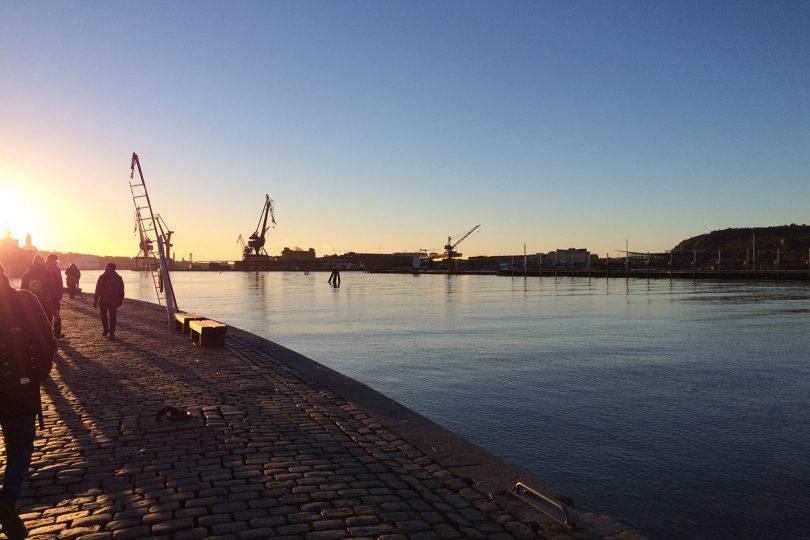Der Göteborger Hafen im Sonnenuntergang.