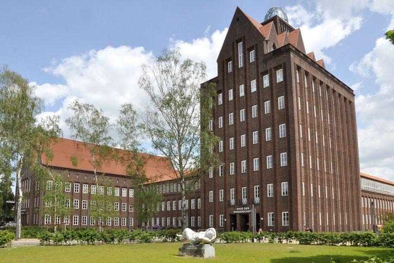 Zu sehen ist das Haus der Wissenschaft in Braunschweig im Frühling.