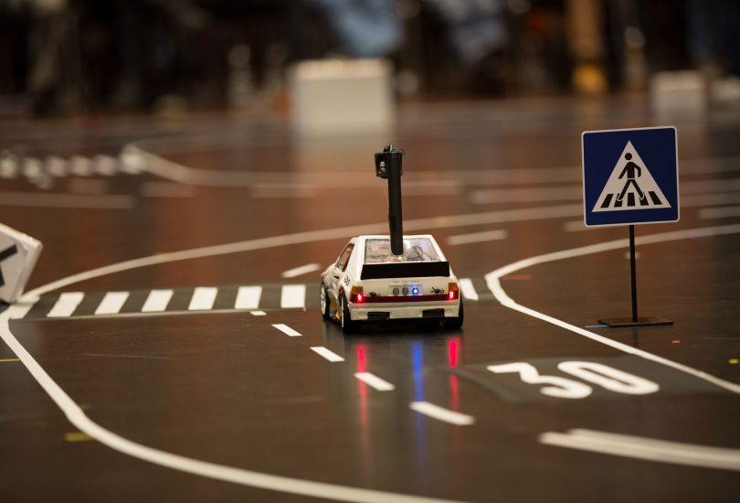 """Das Modellauto """"Carolinchen"""" steht vor einem Zebrastreifen."""