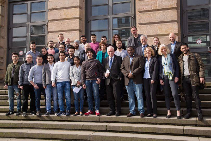 Das Bild zeigt die Personen auf der Treppe vor dem Altgebäude der TU Braunschweig.