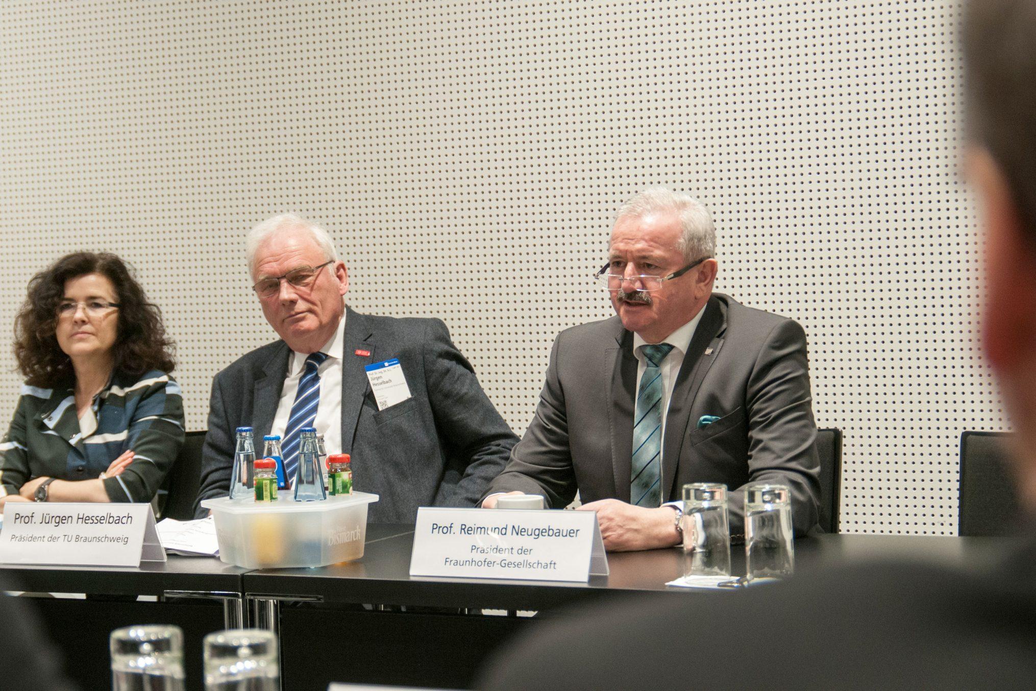 Bei der Unterzeichnung (von links: Ministerin Dr. Gabriele Heinen-Kljajić, TU-Braunschweig Präsident Prof. Jürgen Hesselbach und der Präsident der Fraunhofer-Gesellschaft, Prof. Reimund Neugebauer.