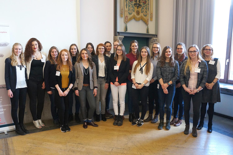 Gruppenbild der Absolventinnen des Niedersachsen-Technikums 2016/17. Bildnachweis: Ostfalia/Caroline Haubold