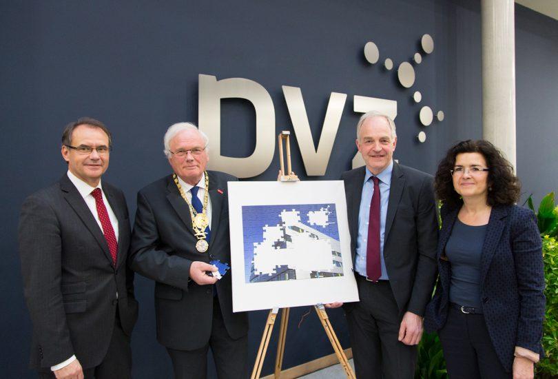 Das Bild zeigt die vier Personen vor einer Staffelei mit einem Puzzle des PVZ. Einige Puzzlestücke fehlen noch, eines davon hält der TU-Braunschweig Präsident.