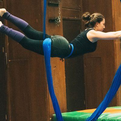 Lorena Lüning zeigt eine Figur am Vertikaltuch.