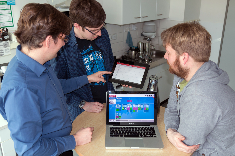 Simon Walz, Yannic Schröder und Felix Büsching demonstrieren die Echtzeitmessung der Energiedaten. Bildnachweis: Stephan Nachtigall/TU Braunschweig.
