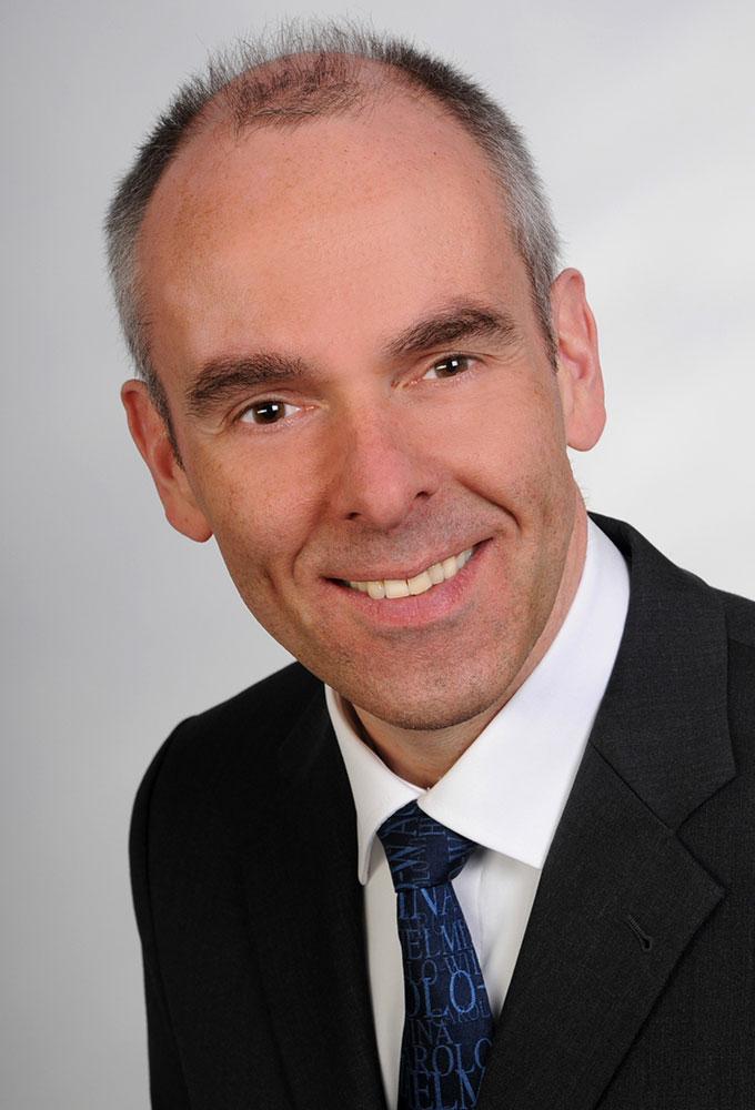 Porträtfoto von Carsten Wiedemann.