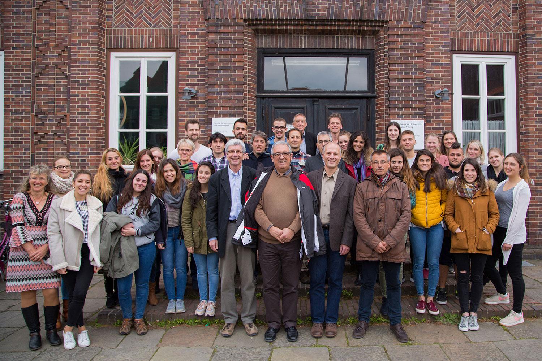Die Gruppe aus spanischen und portugiesischen Gästen sowie den Braunschweiger Studierenden steht zum Gruppenfoto vor dem Institutsgebäude.