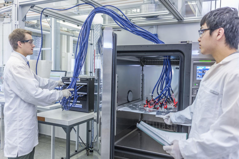 Testen von Lithium-Ionen-Batterien in der Battery LabFactory Braunschweig. Bildnachweis: Hanno Keppel/TU Braunschweig