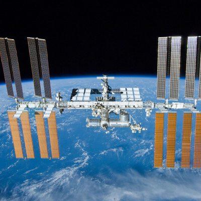 Zu sehen ist die Internationale Raumstation ISS, die über der Erde fliegt.