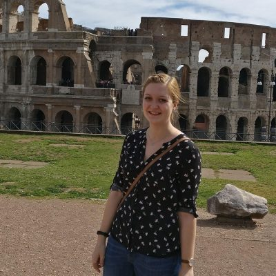 Die Studentin Fenja Lehmann steht vor dem Colosseum in Rom.