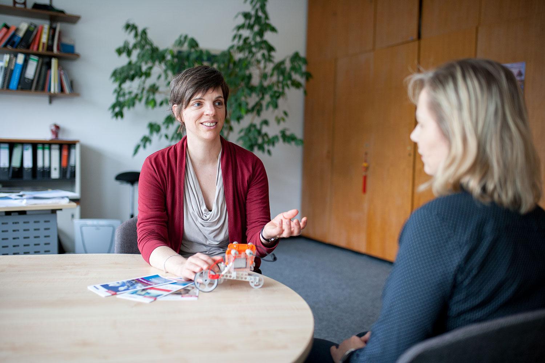 Professorin Krewer sitzt in einer Interviewsituation am Tisch zusammen mit Elke Hennig.