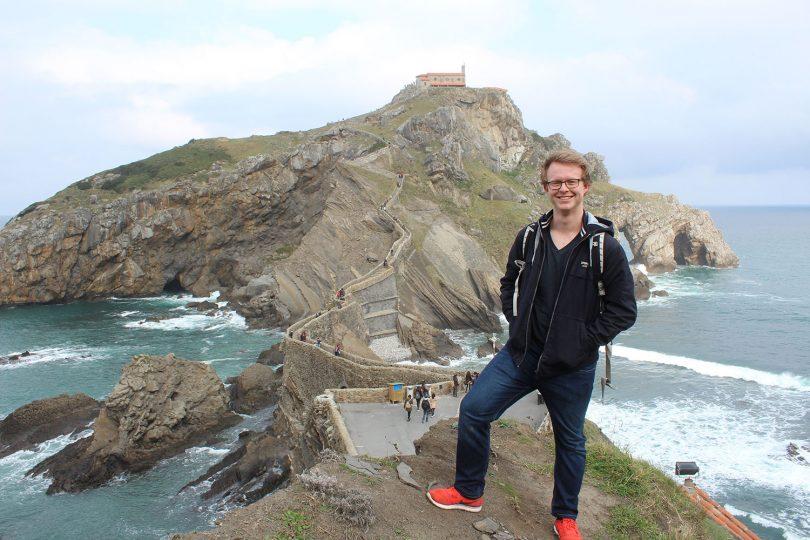 Der Student Lars Framke steht an einer Klippe an der Inselgruppe San Juan de Gaztelugatxe.