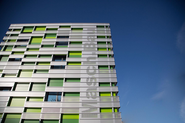 Zu sehen ist die Front des Gebäudes Masch.Bau vor blauem Himmel.