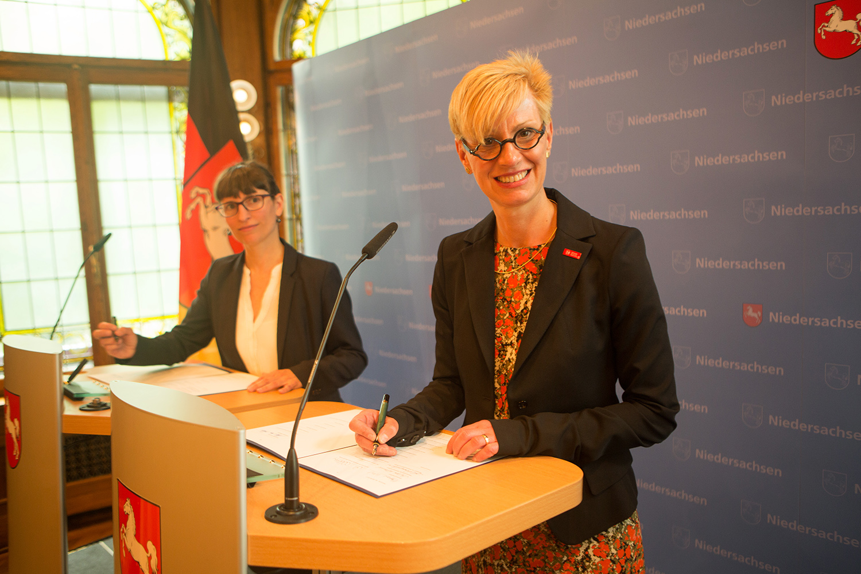 TU-Präsidentin Professorin Anke Kaysser-Pyzalla unterzeichnet den Hochschulentwicklungsvertrag. Bildnachweis: brauers.com