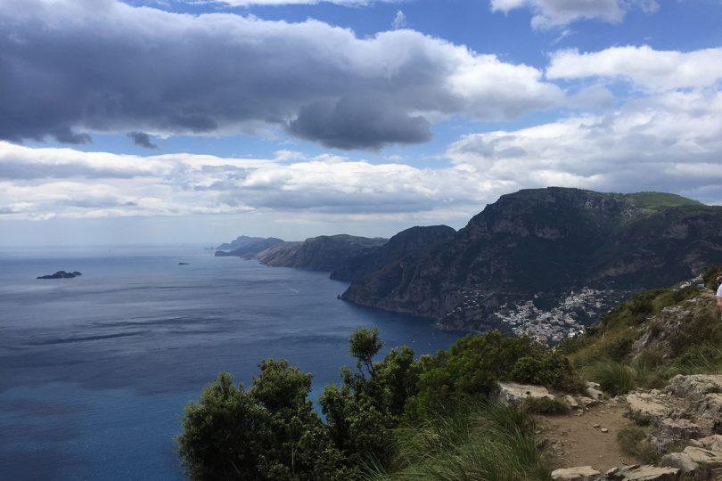 Zu sehen ist eine Küstenlandschaft mit Blick auf das Meer an der Amalfiküste.