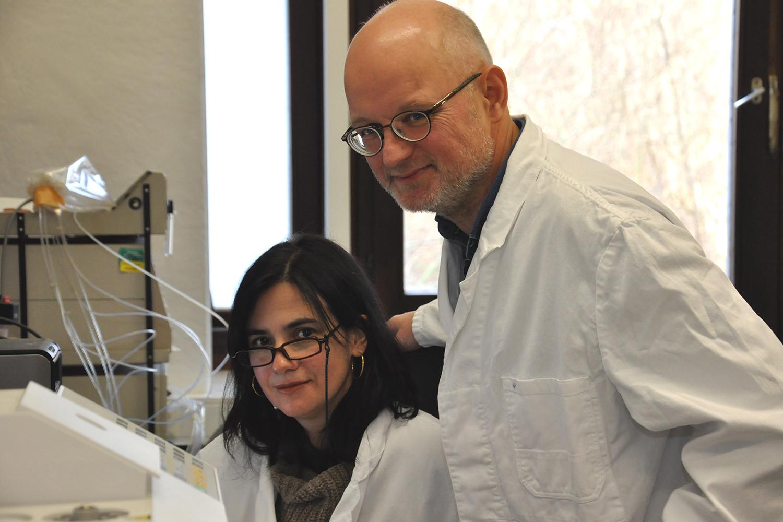 Zu sehen sind die beiden Forscher Dr. Maria João Pimenta Lange und Professor Theo Lange vom Institut für Pflanzenbiologie der TU Braunschweig in ihrem Büro.