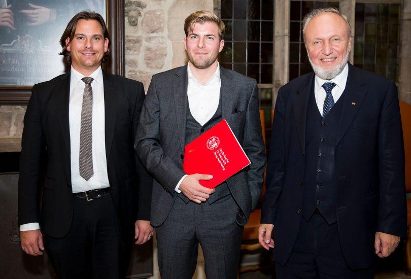 Gruppenfoto von Prof. Dr. Christian Leßmann, Bastian Stahl und Prof. Dr. Dr. h.c. mult. Hans-Werner Sinn.