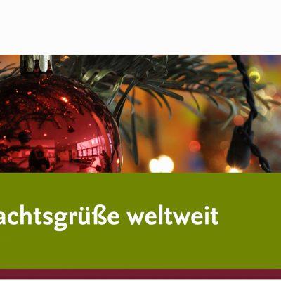 Zu sehen ist ein Foto mit einer Weihnachtsbaumkugel und dem Text Weihnachtsgrüße weltweit