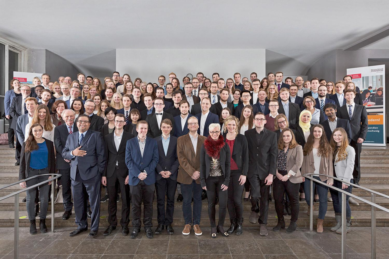 Zu sehen sind die Stipendiaten des Deutschlandstipendiums mit ihren Förderern.