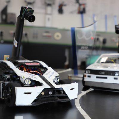 Auf dem Bild sind das aktuelle Auto und das Vorgängermodell des Teams CDLC zu sehen.