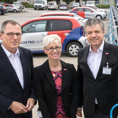 Zu sehen sind Paul Anfang, stellvertretender Vorstandsvorsitzender von BS Energy, Prof. Dr.-Ing. Anke Kaysser-Pyzalla, Präsidentin der TU Braunschweig und und Prof. Dr.-Ing. Bernd Engel.