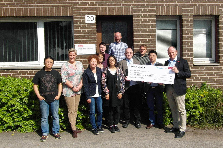 Zu sehen sind die Mitarbeiterinnen und Mitarbeiter des Gewinner-Gebäudes mit dem Hauptberuflichen Vizepräsidenten Dietmar Smyrek.