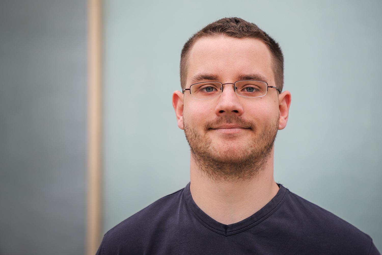 Dave Hartig vom Institut für Chemische und Thermische Verfahrenstechnik betreut Schülerteams bei der Naturwissenschaftsolympiade. Bildnachweis: Markus Hörster/TU Braunschweig