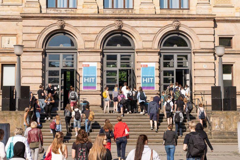 Studieninteressierte gehen auf das Altgebäude der TU Braunschweig zu.