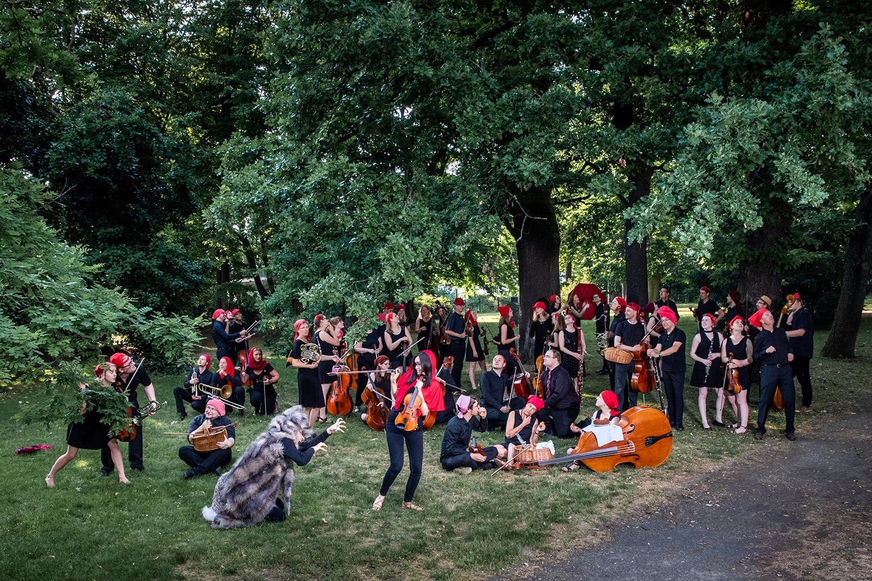 Zu sehen ist das Uni-Orchester der TU Braunschweig mit roten Kopfbedeckungne.