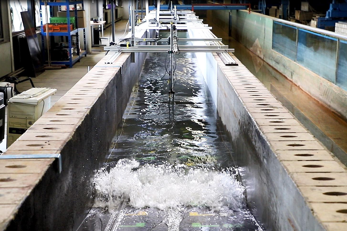 """Der """"große Bruder"""" vom Wellenkanal auf der TU-Night befindet sich in der Versuchshalle des Leichtweiß-Instituts für Wasserbau."""